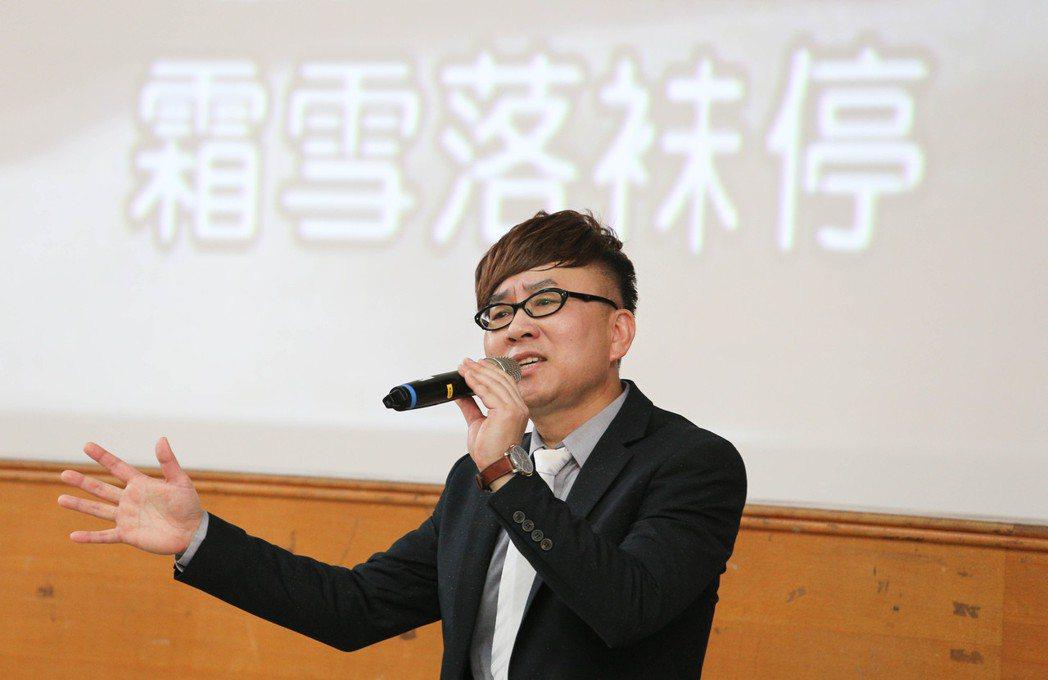 台語歌手王萊52歲從校長轉行當歌手,希望一圓30歲那年未完的夢想。記者張世雅/攝...