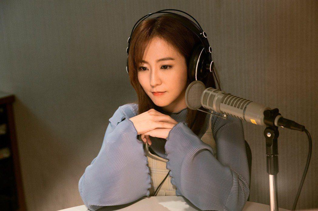 周曉涵在東森新戲「獅子王強大」中扮DJ。圖/東森提供