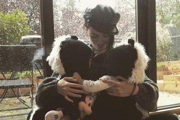 昆凌近來在加拿大溫哥華拍攝新片,她把一對兒女帶在身邊,15日在IG上曬出一張抱著Hathaway、Romeo的合照,寫道:「回家時間到了,要帶著兩小隻臭鼬回家當紀念品。」畫面中只見她盤腳坐在地上,抱...