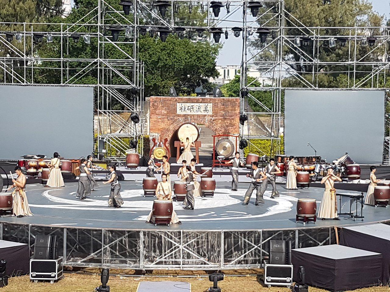 十鼓擊樂團打造國內最大的雙旋舞台, 直徑長達18公尺。記者修瑞瑩╱攝影