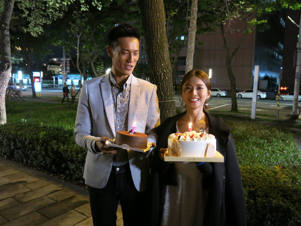 鍾承翰(左)在路邊幫豆花妹慶生。圖/三立提供