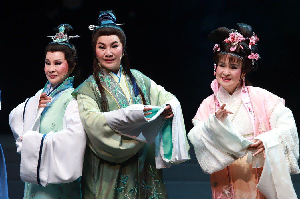 許秀年(左起)唐美雲和王金櫻合作「新梁祝」。圖/民視提供