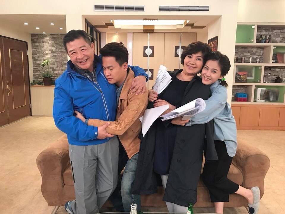 唐美雲(右二)演出民視八點檔「幸福來了」。圖/民視提供