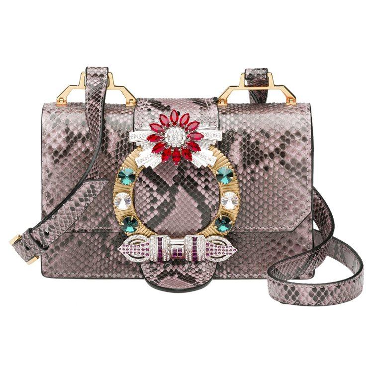 (必放)MIU LADY淡粉色水蛇皮水晶釦肩背包11萬1,500元,全球獨家限量...