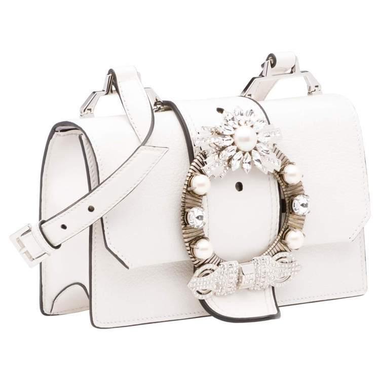 MIU LADY白色水晶釦山羊皮肩背包68,000元。圖/MIU MIU提供