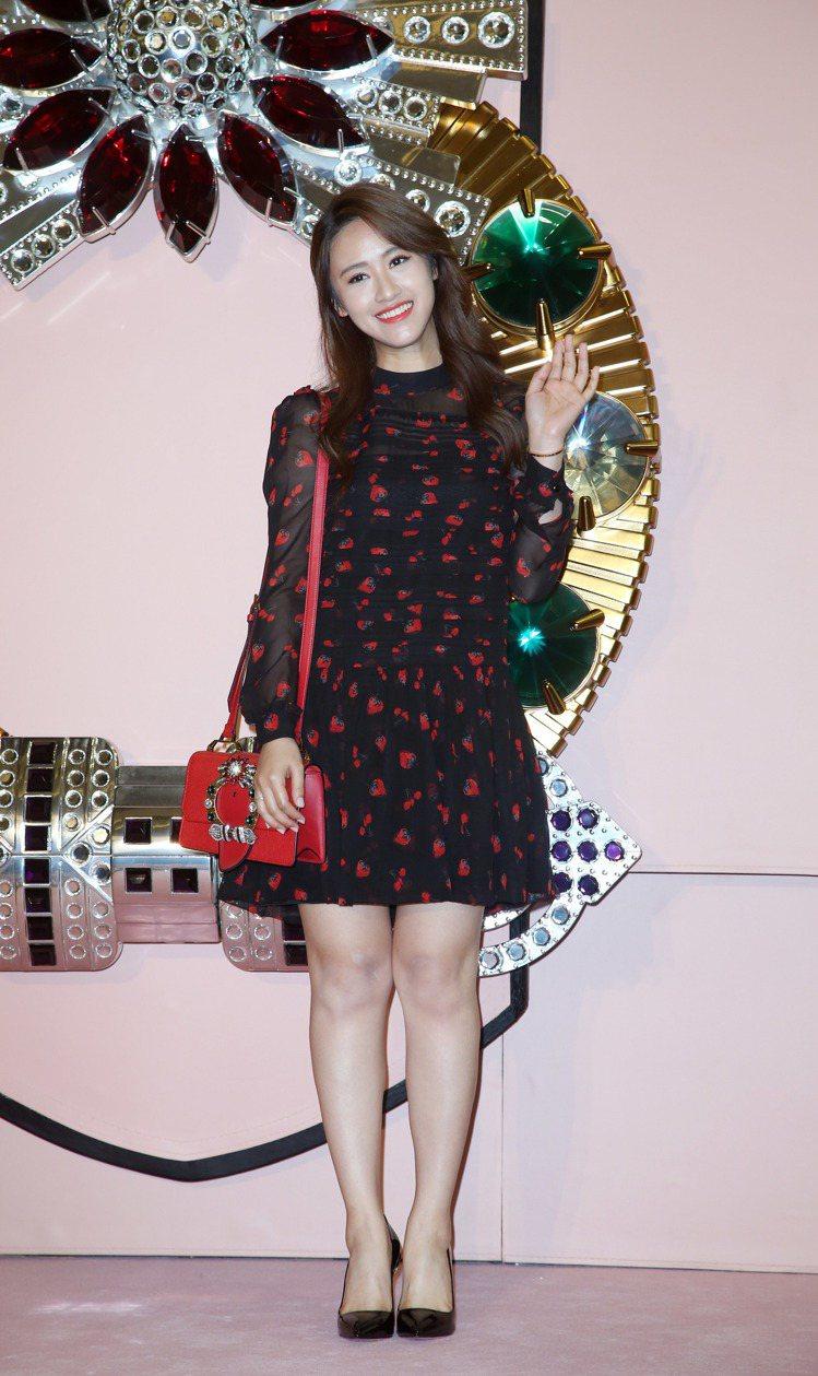 吳姍儒穿MIU MIU草莓印花洋裝,背MIU LADY紅色肩背包。圖/記者陳瑞源...