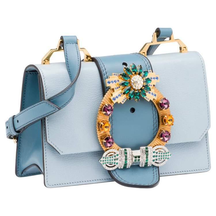 MIU LADY湖水藍水晶釦山羊皮肩背包68,000元。圖/MIU MIU提供