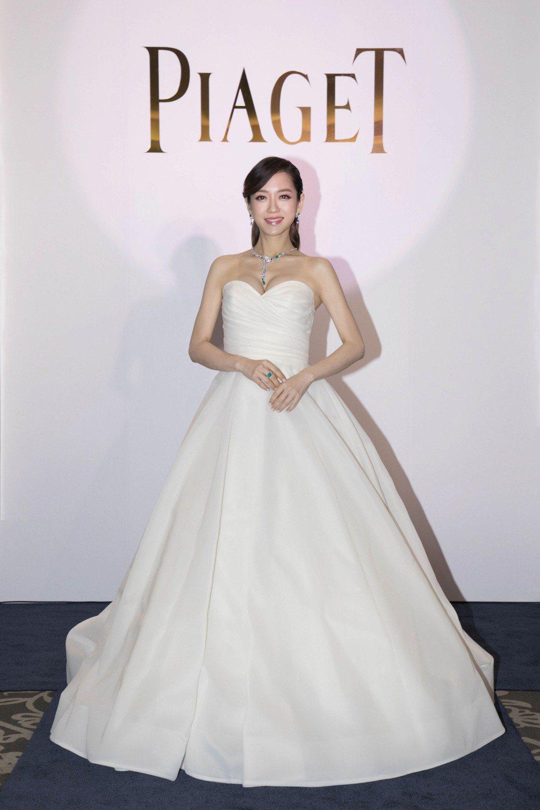 楊千霈出席伯爵紅毯珠寶璀璨盛展,以白紗蓬裙巧妙遮肚且烘托整身近三千萬的頂級珠寶。...