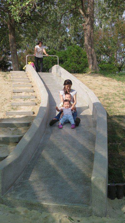 祖孫三代昨天同遊苗栗縣頭份市運動公園溜滑梯,他們直呼好玩! 記者范榮達/攝影