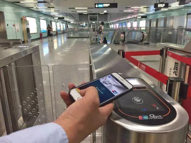大陸用手機(微信等各種行動支付)進出地鐵站已愈來愈普遍,未來將逐漸取代實體票、交...