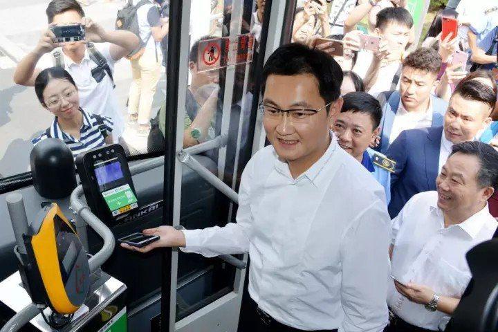 騰訊董事會主席馬化騰用手機裡的微信掃碼上公共汽車。 圖/取自網路
