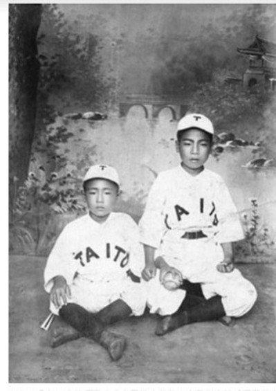 1910年代在台灣打棒球的小球員。 圖/玉山社、台史博提供