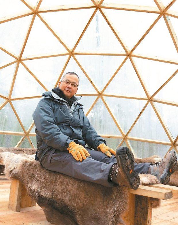 ATC極光旅行社台北分公司總經理何烱維輕鬆坐在賞極光的溫暖小屋。 陳志光/攝影