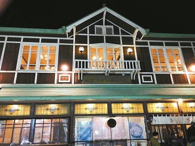 用餐的誇屋居酒屋建築物主體是國家認定的指定文化財。 陳志光/攝影