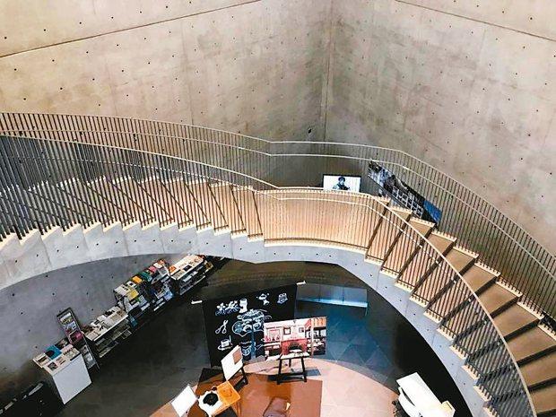 秋田縣立美術館是大師安藤忠雄的力作,階梯是一大亮點。 陳志光/攝影