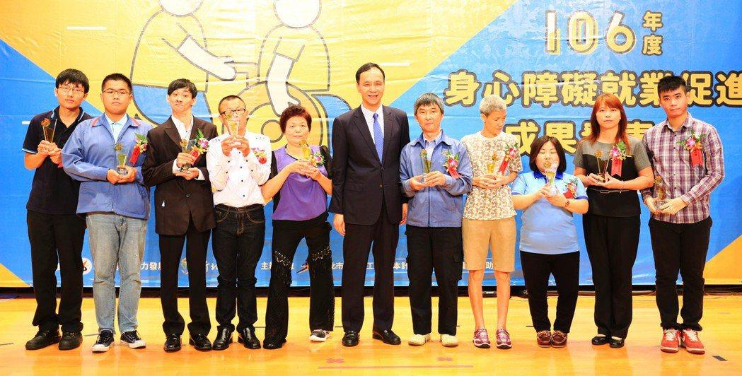 朱市長與10位身障模勞合影。 新北勞工局/提供。