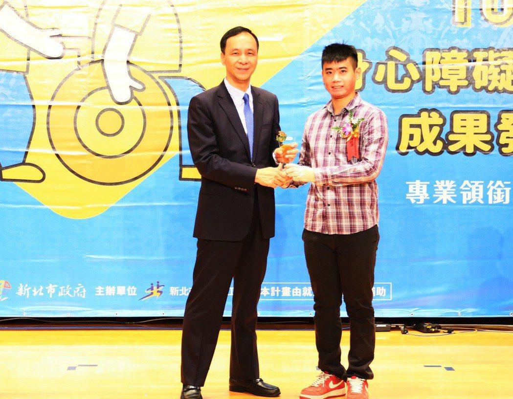 朱市長頒獎SGS陳培源。 新北勞工局/提供。