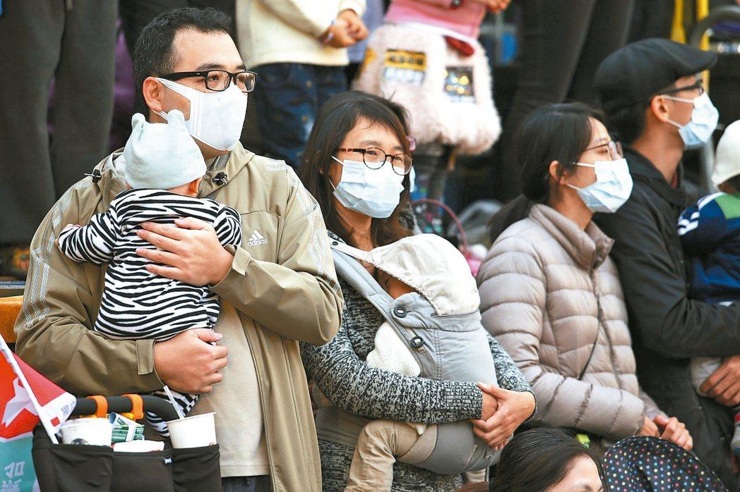台灣空氣汙染日益嚴重,越來越多民眾外出會戴口罩,台北市擬放空汙假,卻訂下難以達到...