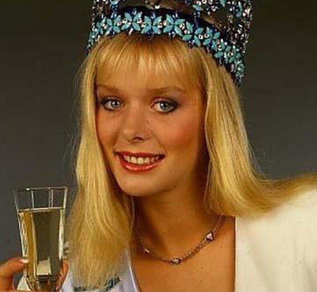 奧地利籍世界小姐韋格斯托弗因裸照風波,被迫放棄后冠。截自維基百科