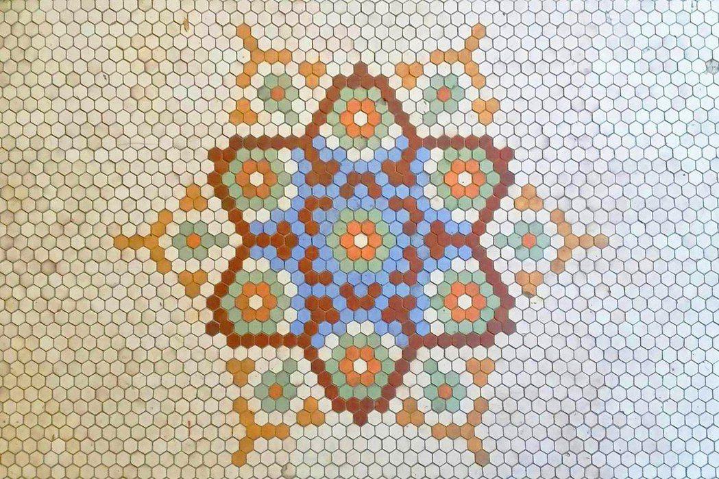 玄關漂亮的六角形馬賽克拼花地磚。 圖/凌宗魁提供