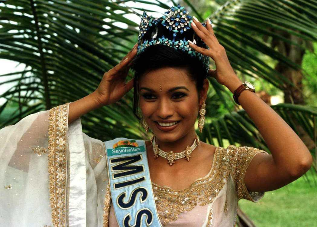 印度籍世界小姐海登被發現和其中一名評審交往,因有裙帶關係嫌疑被取消資格。路透