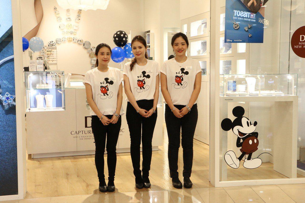 迪士尼冬季系列正式上市,專櫃店裝和店員制服全都換上迪士尼主題,非常夢幻。