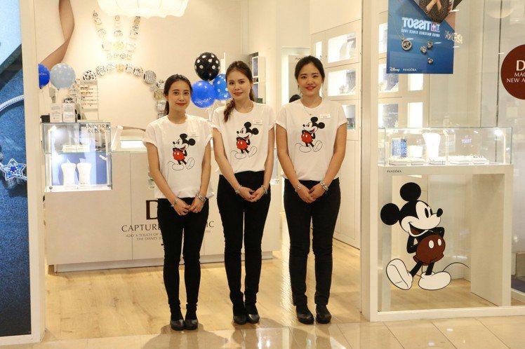 迪士尼冬季系列正式上市,專櫃店裝和店員制服全都換上迪士尼主題,非常夢幻。記者謝欣...