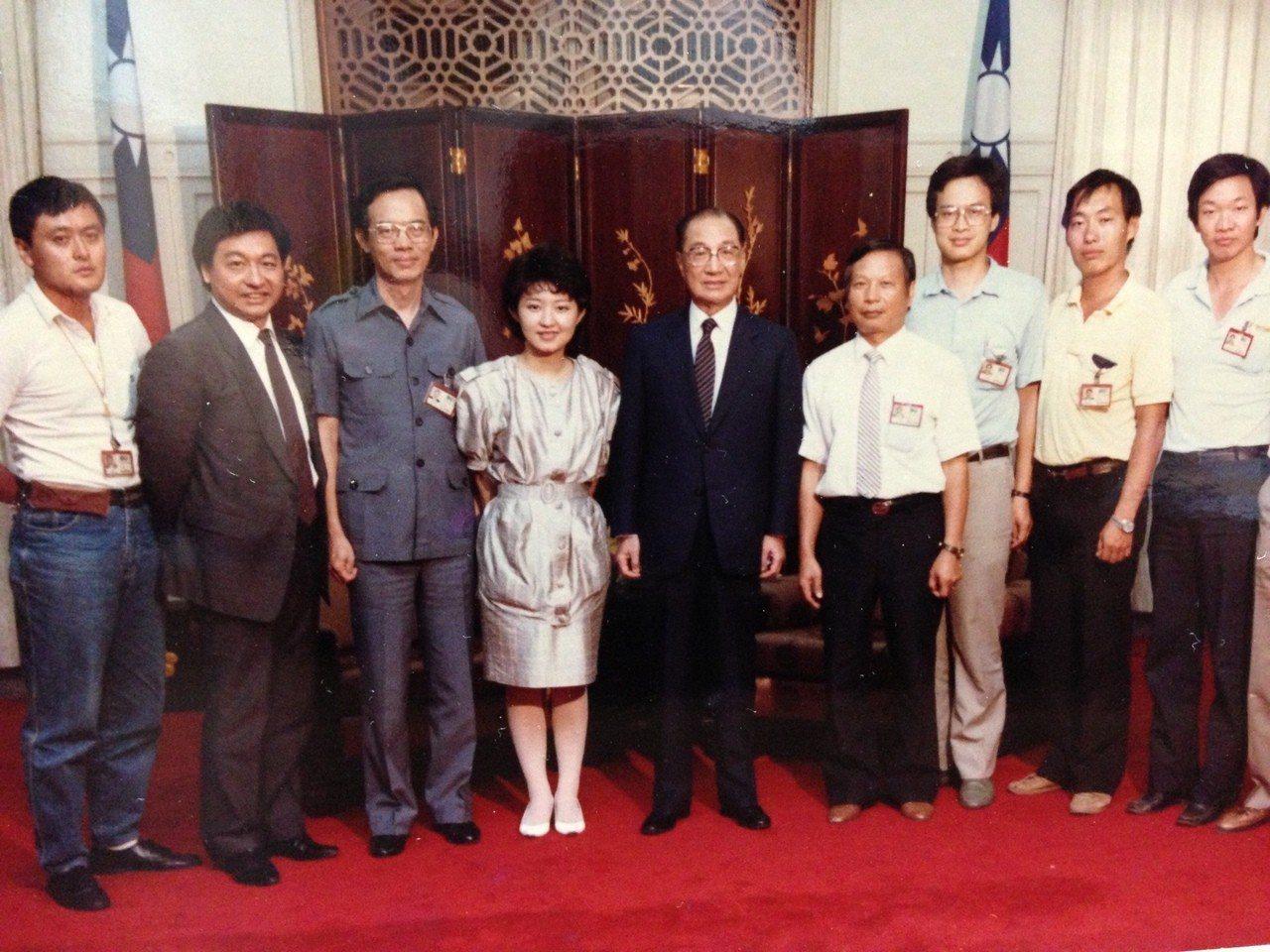 國民黨立委盧秀燕(左4)曾任新聞記者,圖為與師父李濤(左2)採訪當時行政院長俞國...