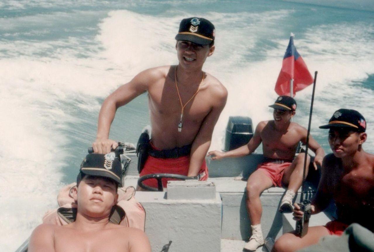 國民黨立委江啟臣(左2)是兩棲海龍蛙兵出身,當年打赤膊、紅短褲展現精神和好身材。...