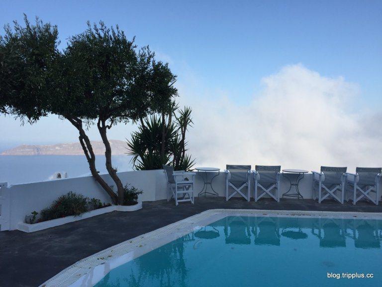 隔天早上天亮了,門外就是一個公用的泳池,還有點霧氣。圖文來自於:TripPlus