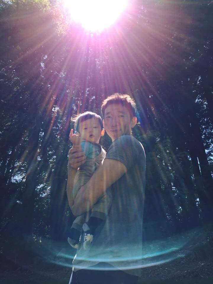 隋棠po出去年兒子Max到美國玩時,被爸爸Tony抱在懷裡的照片。圖/摘自臉書