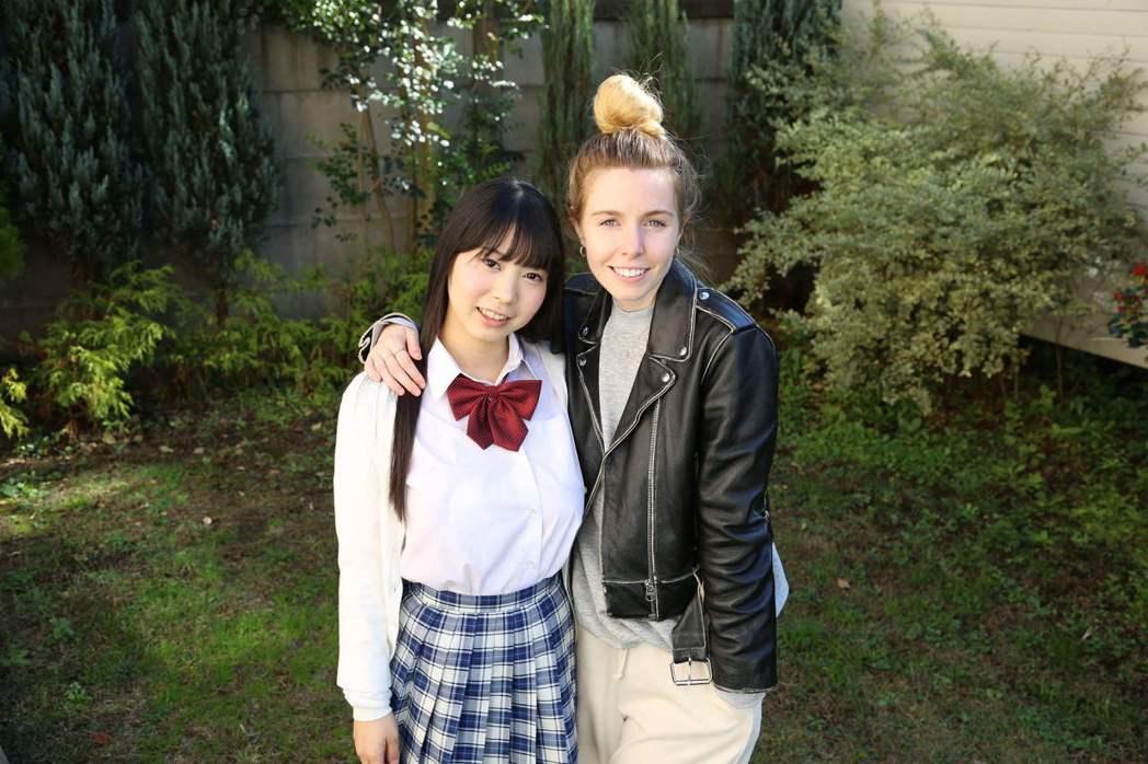 BBC主持人史黛西遍訪從事JK服務的高中少女,完成紀錄片「情色日本」。圖/公視提