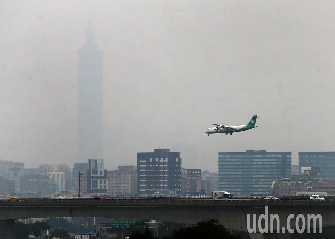 台北市首創先例,當空氣品質惡化到AQI達400時將停班停課,被外界批評實際操作困...