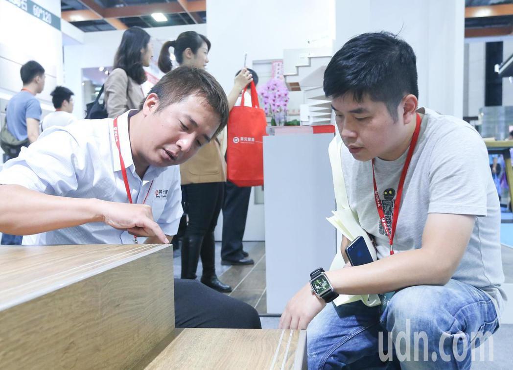 台北建材家具大展今天在台北世貿一館登場,圖為廠商向買家介紹產品。記者黃威彬/攝影
