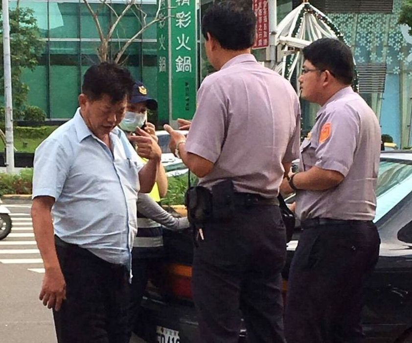 新竹縣議員林昭錡(左)今年6月因酒後駕車不願配合警方酒測,怒罵警員垃圾。 圖/警...