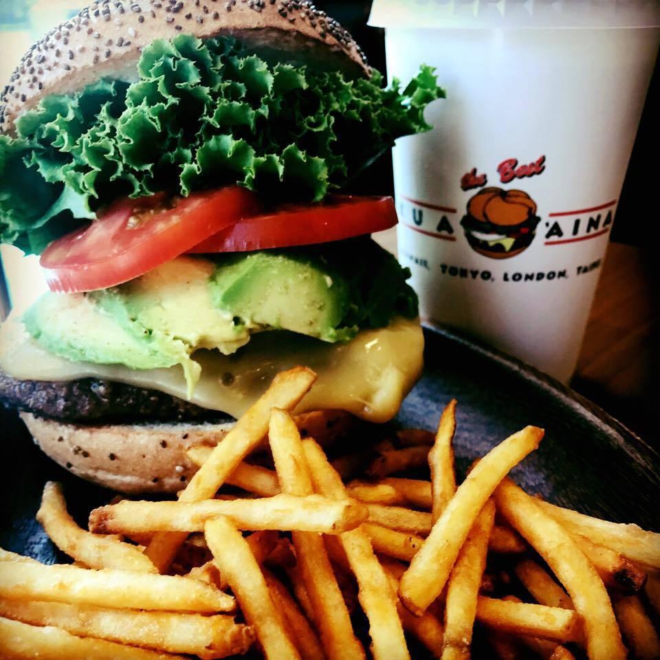 KUA AINA BURGERS美式漢堡店最大特色就是使用火山熔岩烤過漢堡肉。圖...