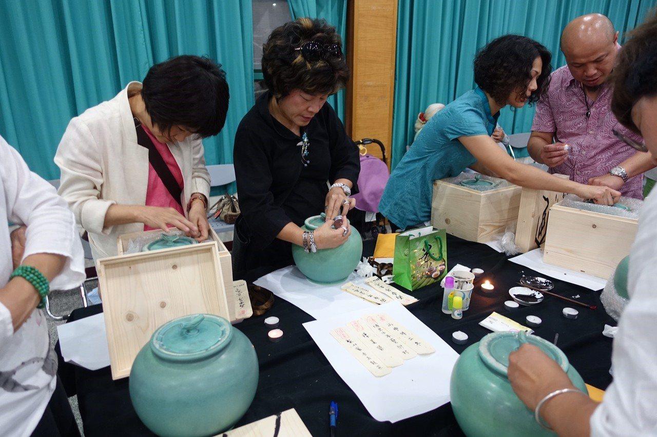 茶人用毛筆在宣紙寫下給自己或家人的話,再隨茶葉封入茶甕。圖/中華茶學研究協會提供
