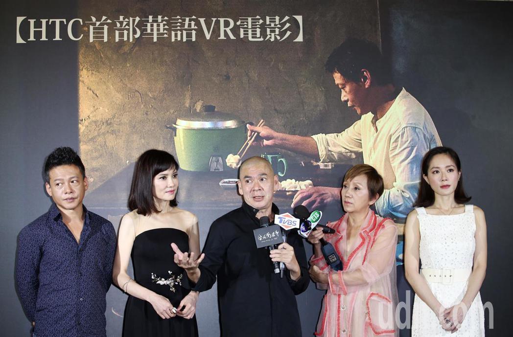 蔡明亮導演執導的VR電影「家在蘭若寺」下午舉行首場特映會,蔡明亮(右起)帶著全體...
