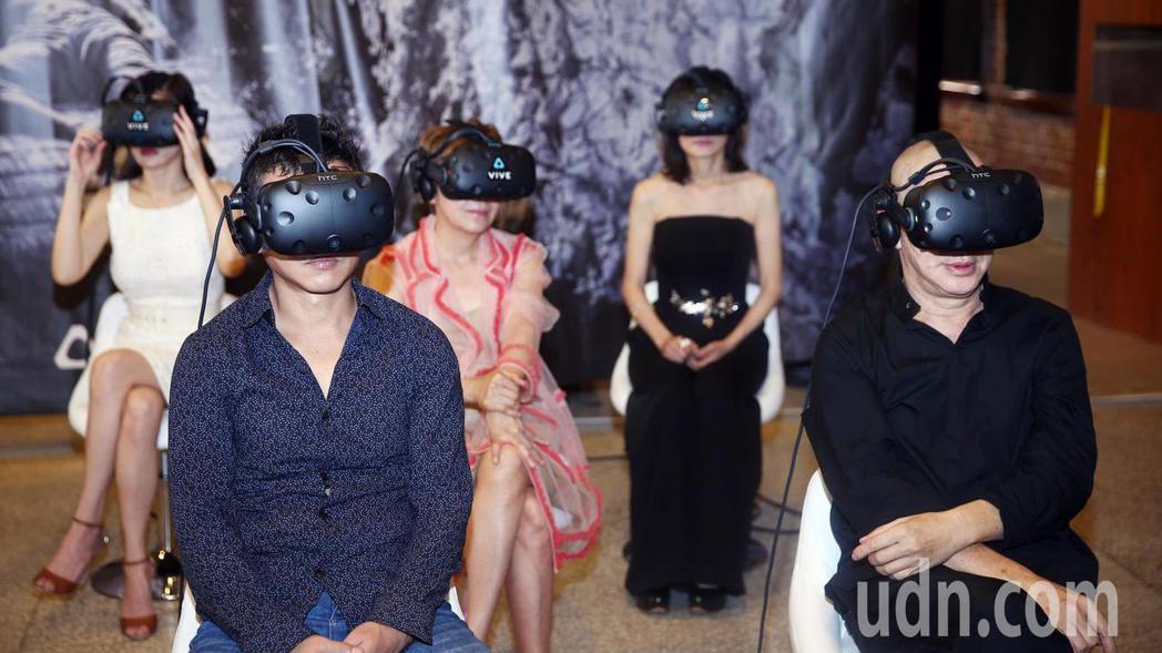 「家在蘭若寺」是一部VR電影,必須使用虛擬實境的眼鏡來觀看,蔡明亮(右一)帶著李...