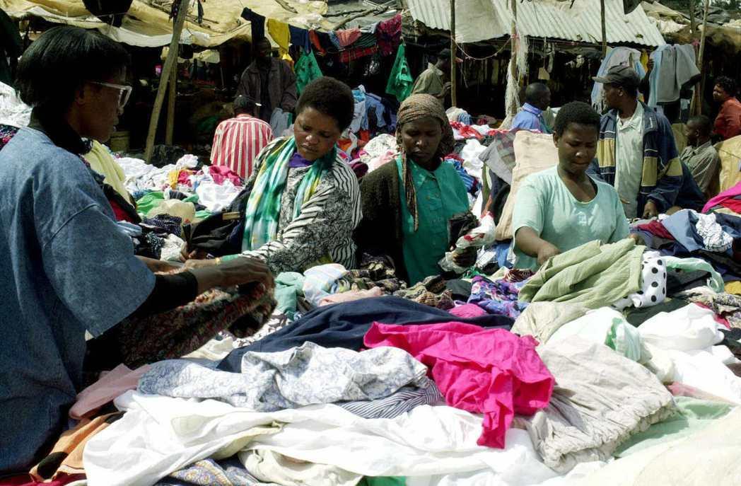 消費者在肯亞首都奈洛比的二手服飾攤位挑衣服。美聯社