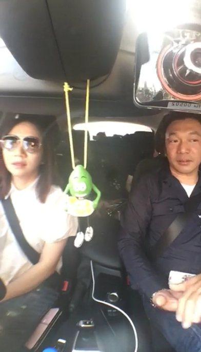 陶晶瑩(左)在車上用直播的方式模仿行車紀錄器訪問「大佛普拉斯」導演黃信堯。圖/陶...