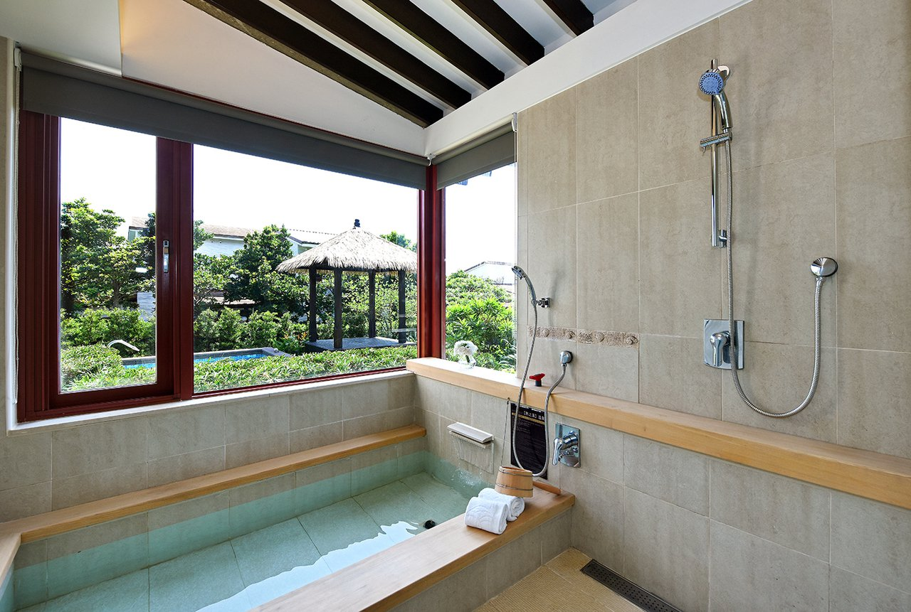 福隆Villa溫泉湯屋擁有獨立庭院,且仿峇里島風的建築,自在寫意。圖/福容大飯店...