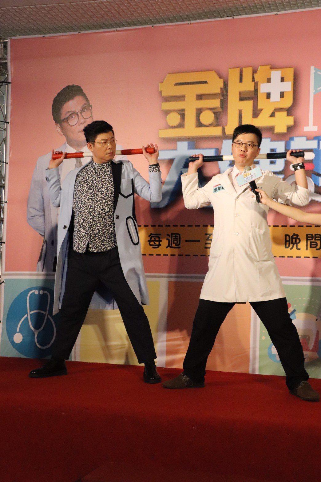 曾國城(左)為新節目赴台中做粉絲見面會,跟醫師同台教大家正確觀念。圖/中天提供