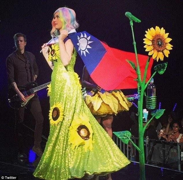 凱蒂佩芮穿著太陽花服裝、披上國旗畫面曝光後,入境大陸簽證被拒。圖/摘自twitt