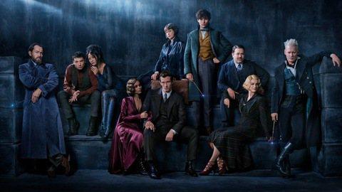 華納兄弟影業日前宣布,J.K.羅琳魔法世界全新篇章五部曲中的第二部系列電影,正式定名為「怪獸與葛林戴華德的罪行」。該片預定於2018年11月16日上映,由艾迪瑞德曼、凱薩琳沃特斯頓、丹富勒、艾莉森蘇...