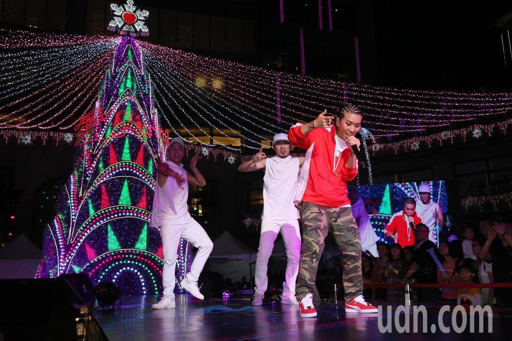 金曲雙天后葛仲珊(圖)與艾怡良北高連線合唱聖誕歌曲。記者許正宏/攝影