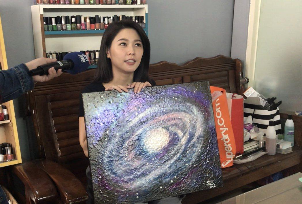 白家綺向粉絲募集過期指甲油作畫。圖/民視提供