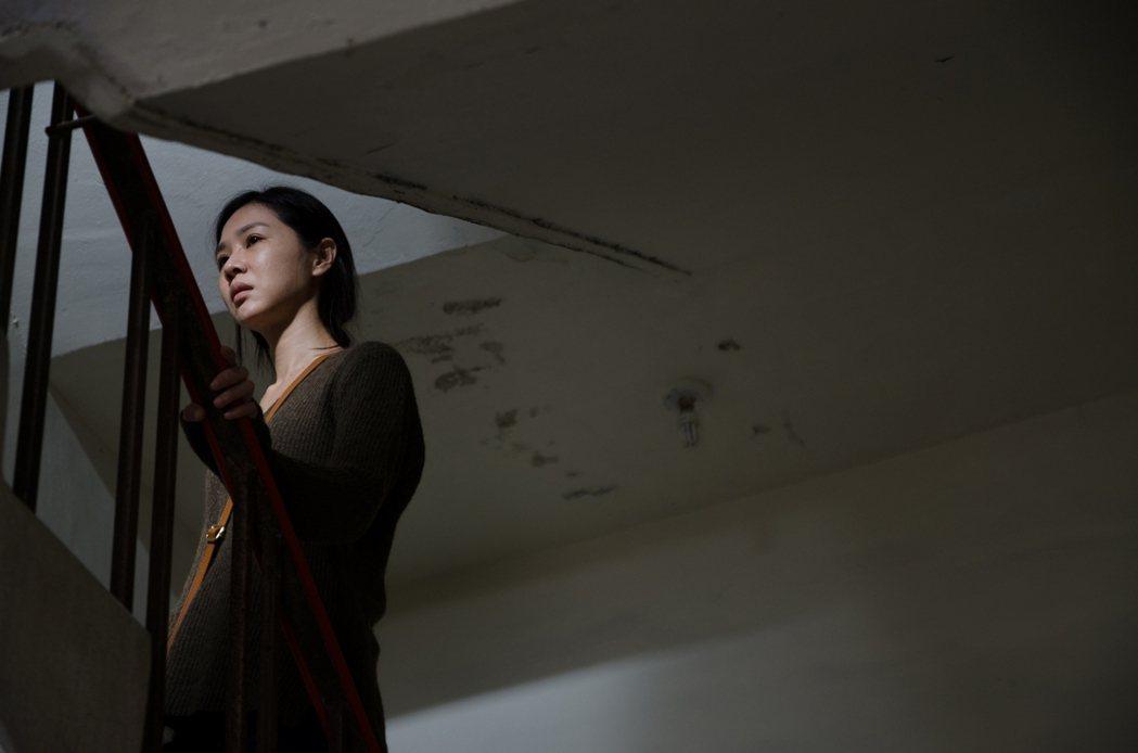 謝盈萱戲中飾演被追債的單親媽。圖/公視提供
