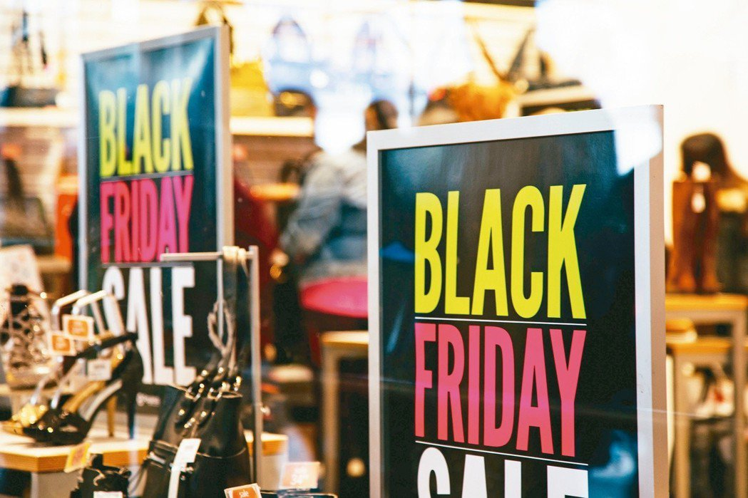 美國零售業者針對「黑色星期五」購物節促銷活動已提早開打。 (歐新社)