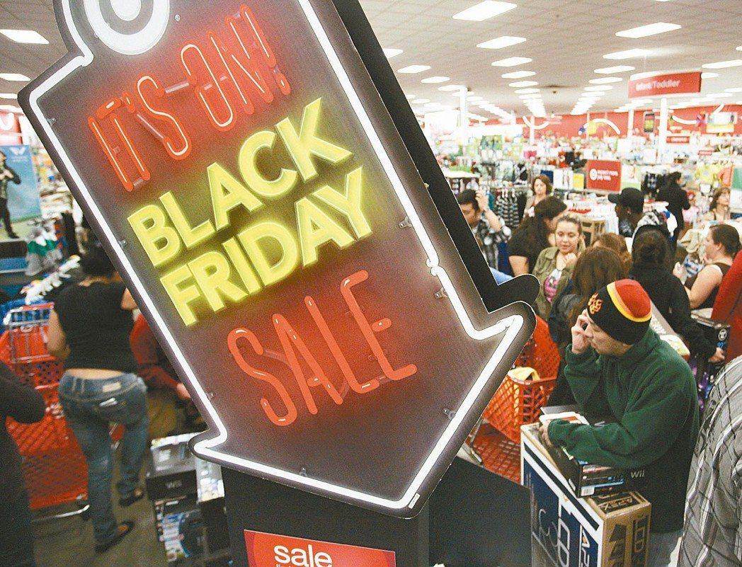 加州伯班克的民眾湧入Target大賣場進行採買。 (路透)